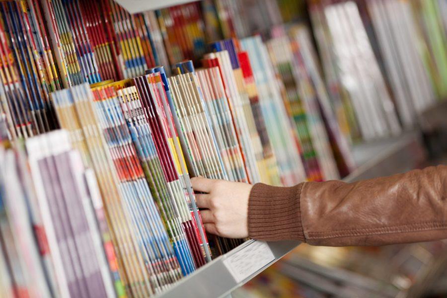 Rangée de magazines en kiosque